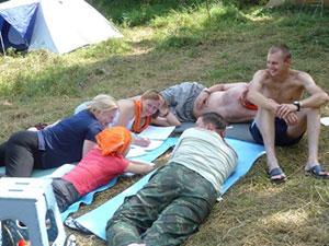 Люди лежат