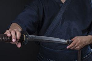 Самурай с катаной в руках